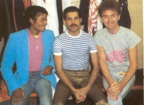 http://www.queen-world.com/galeria/data/media/2/Freddie_Mercury_John_Deacon_Michael_Jackson.jpg